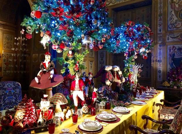 A mesa de uma das salas parece saída de um conto de fadas (Foto: Instagram/ Reprodução )