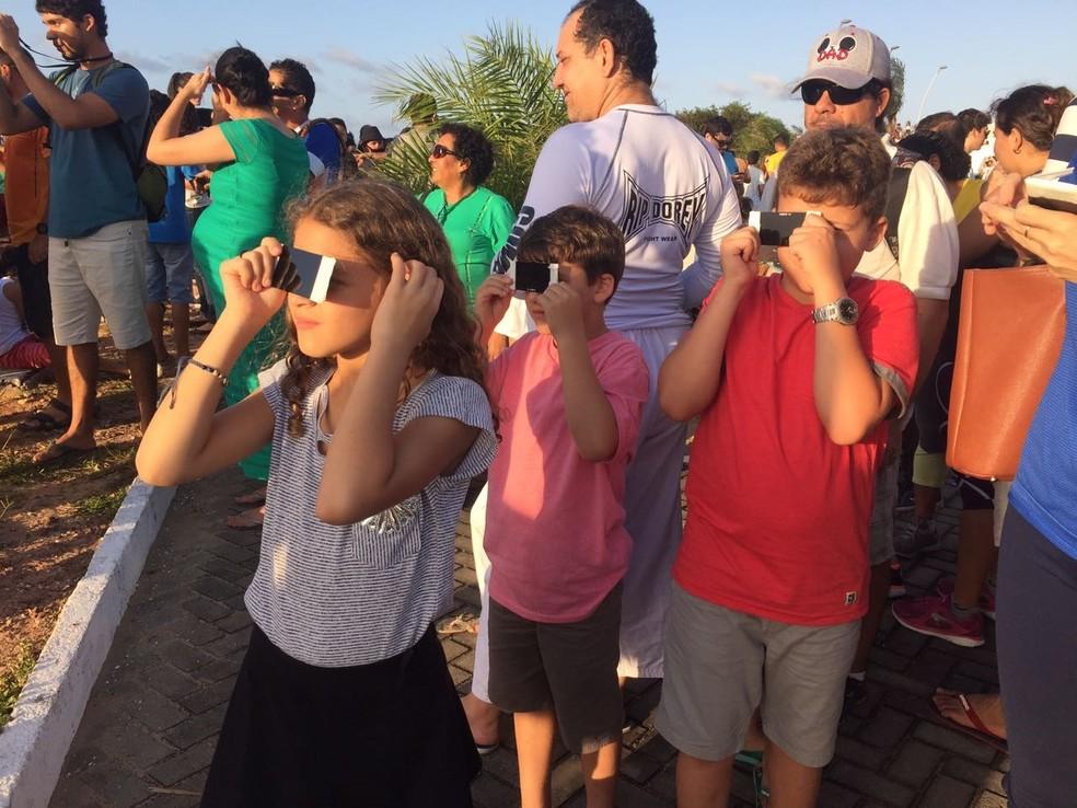 Crianças aproveitaram a oportunidade para observar o eclipse solar (Foto: Jaíra Furtunato)