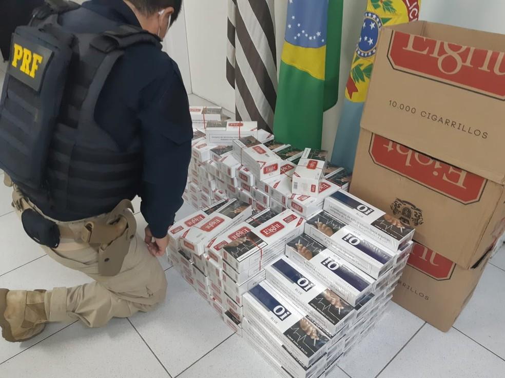 Cigarros foram apreendidos na via Dutra em Caçapava — Foto: Divulgação/PRF