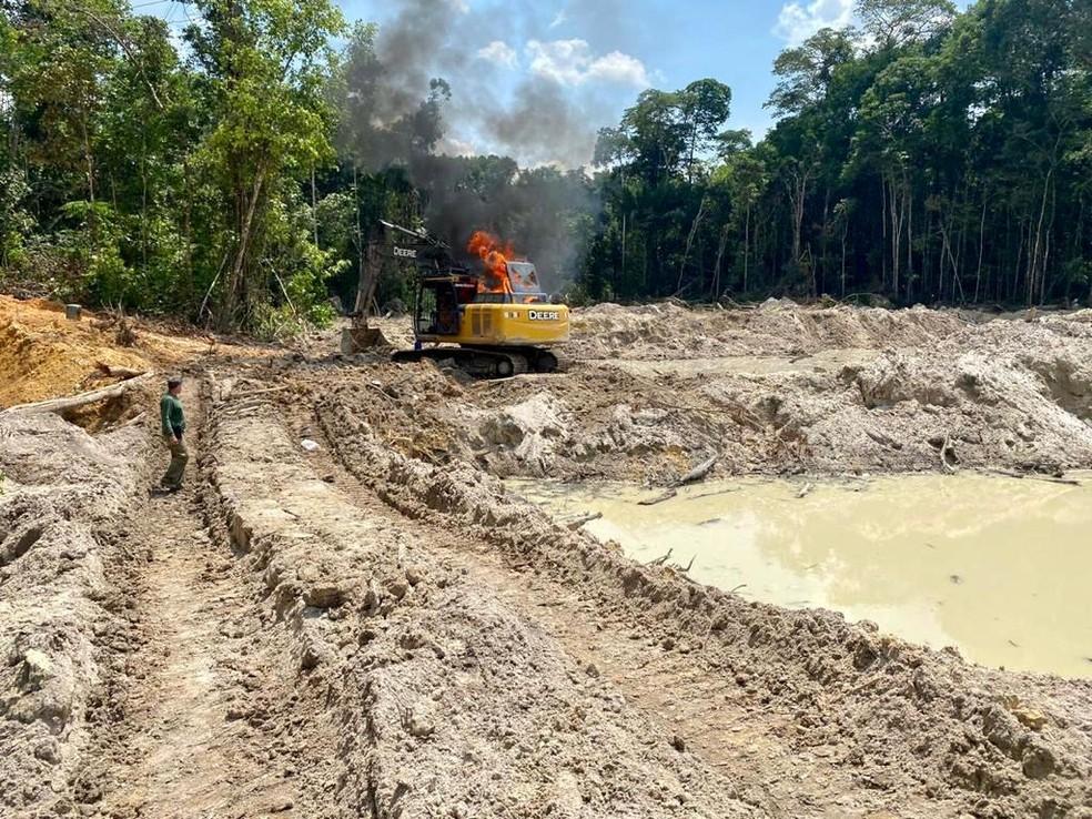 Ibama inutilizou escavadeiras hidráulicas usadas para mineração ilegal em Jacareacanga, no Pará. — Foto: Reprodução / PF-PA