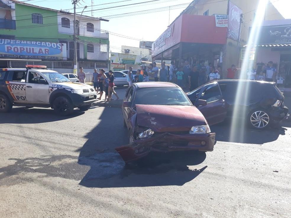 Carro ficou destruído após acidente em Samambaia, no Distrito Federal; motorista teria fugido da PM (Foto: Divulgação/PMDF)