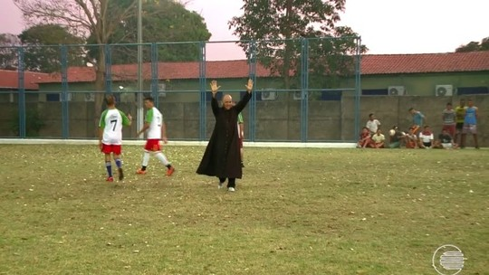 Batina e chuteira: padre coloca em prática sonho de infância e se divide entre a igreja e o futebol