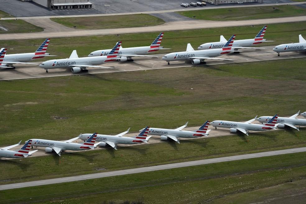 Aviões de passageiros da American Airlines são vistos estacionados no Aeroporto Internacional de Tulsa,  nos EUA, em 23 de março, devido à redução do número de voos para retardar a propagação da doença por coronavírus (COVID-19) — Foto: Nick Oxford/Reuters