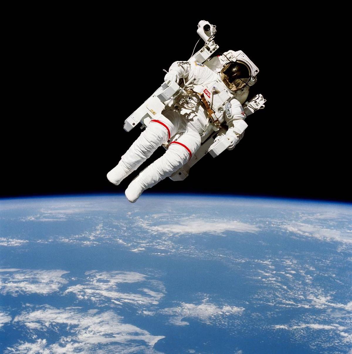 Morre Bruce McCandless II, primeiro astronauta a caminhar solto no espaço