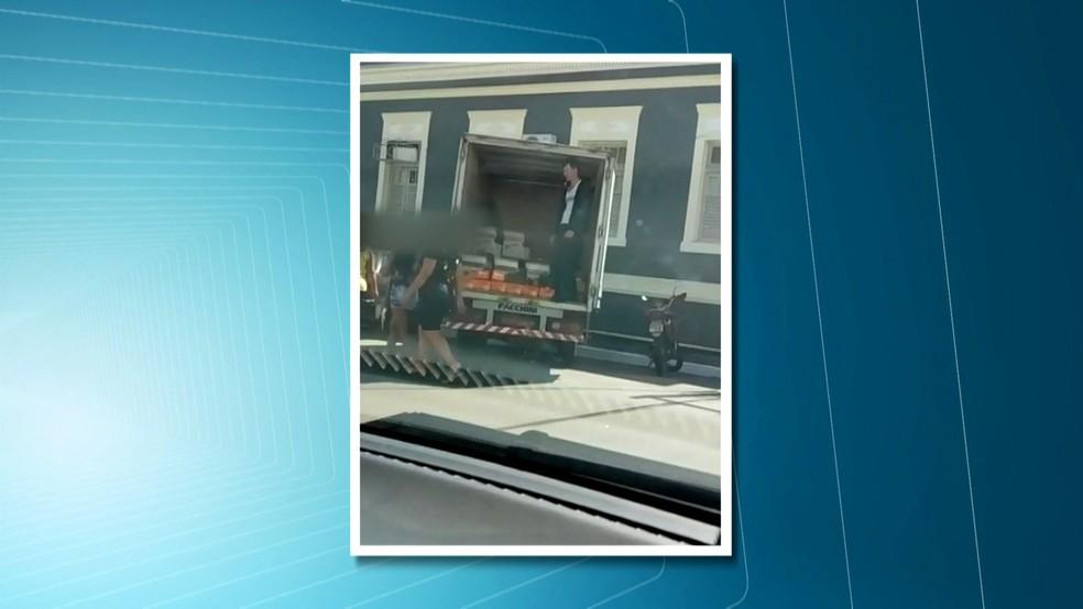 Morador de São Lourenço da Mata flagrou caminhão carregado de documentos perto da sede da prefeitura antes da operação policial (Foto: Reprodução/TV Globo)