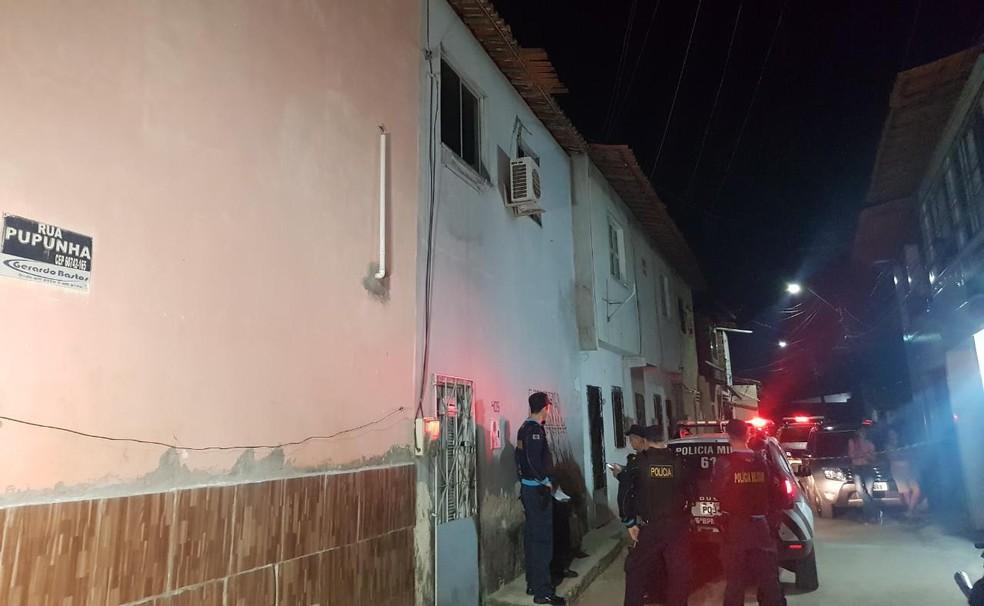Crime de homicídio aconteceu na Rua Pupunha, em Fortaleza — Foto: Rafaela Duarte/SVM