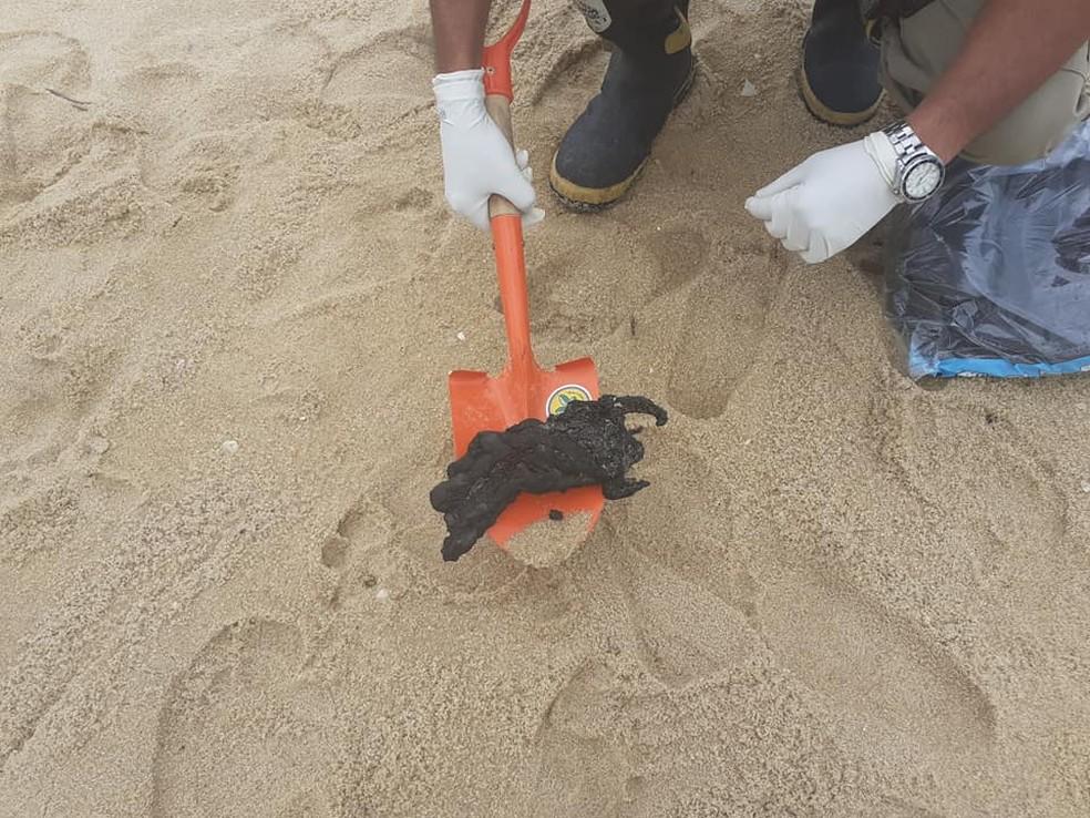 No Canal das Flechas, em Quissamã, foi recolhido aproximadamente um quilo de resíduo de óleo — Foto: Divulgação/Defesa Civil de Quissamã