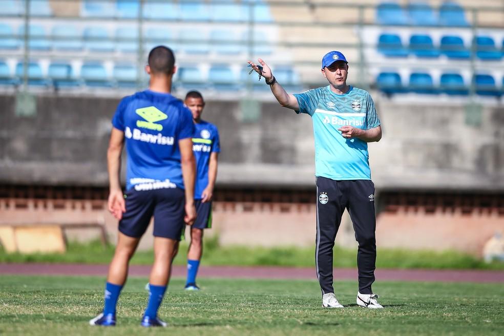 Tiago Nunes no treino de quarta-feira, em Caracas — Foto: Lucas Uebel / Grêmio FBPA
