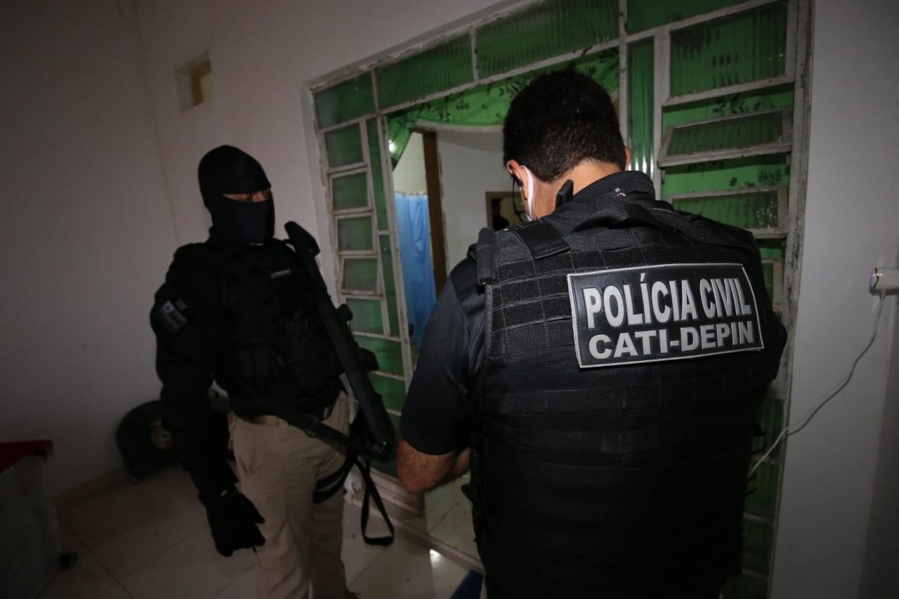Integrantes de grupo alvo de operação contra organizações criminosas seguiam execuções por celular em presídios, diz delegado