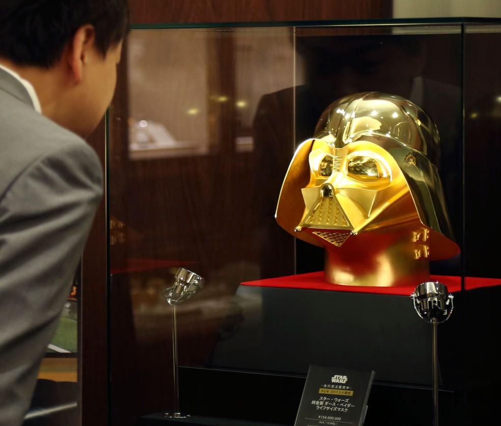 Joalheria de Tóquio lança máscara de Darth Vader feita de ouro (Foto: Koji Sasahara/AP)