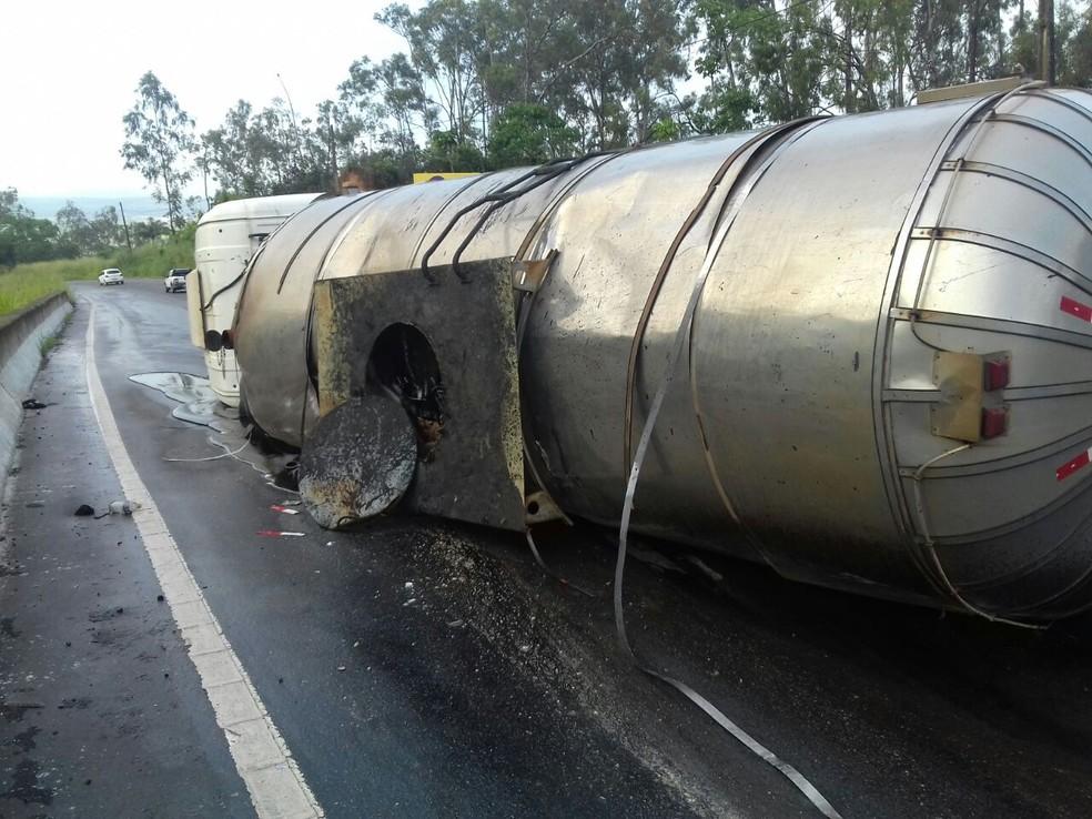 Motorista ficou ferido após o caminhão tanque que dirigia tombar na BR-101, em Goiana  (Foto: Divulgação/PRF)