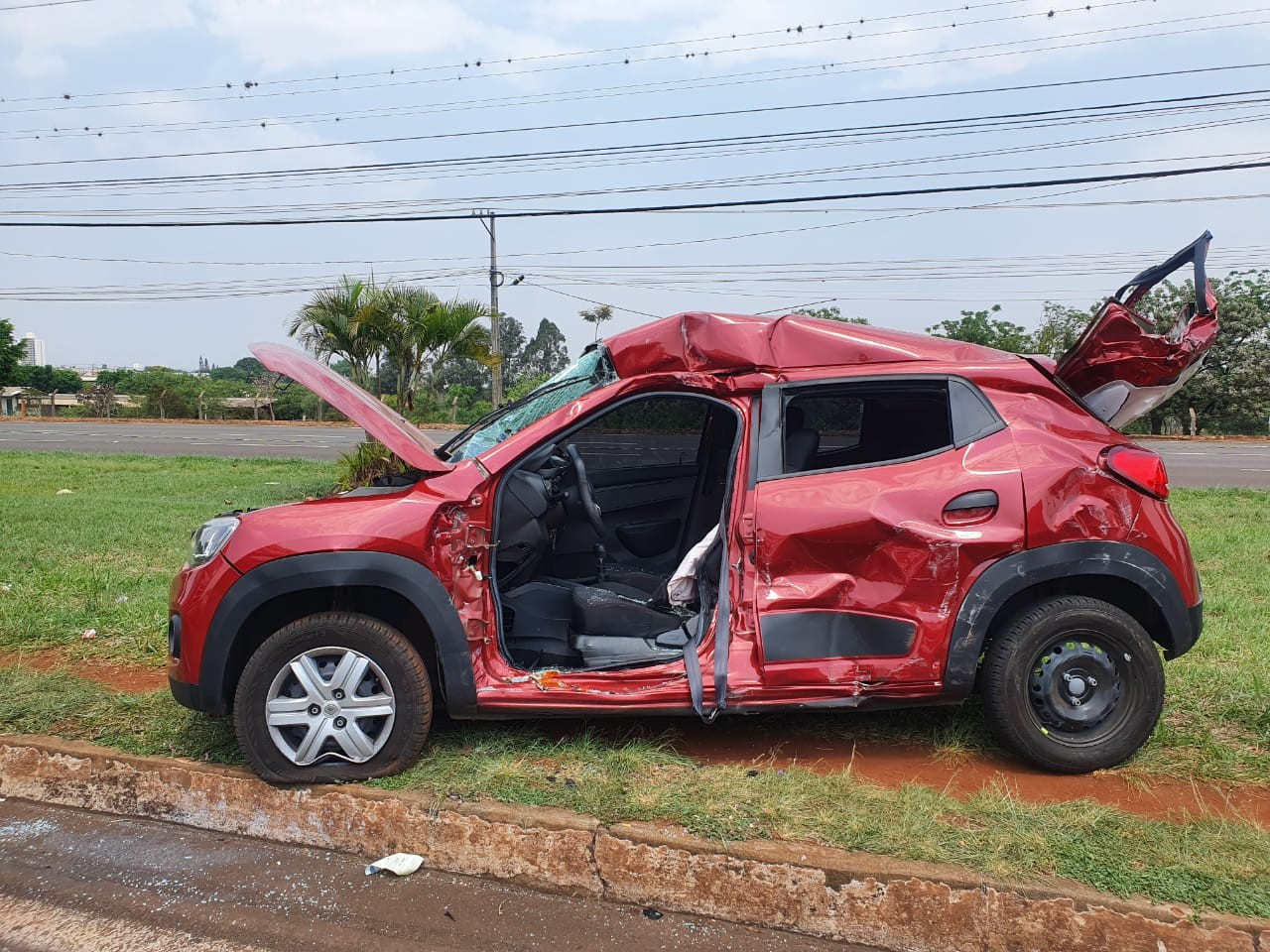 Jovem fica ferida após acidente entre carro, moto e caminhão em Londrina
