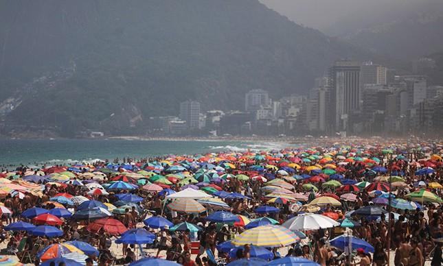 No domingo 13 de setembro, na praia de Ipanema, a aglomeração ilegal dos inconscientes. O preço do contágio começa a ser sentido agora.