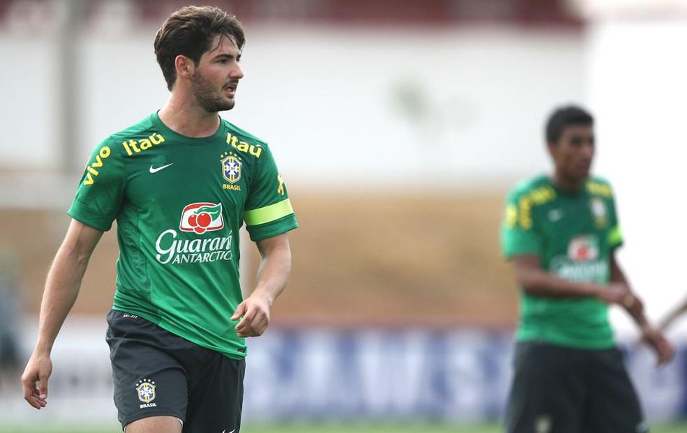 Alexandre Pato com a camisa do Brasil — Foto: Mowa press