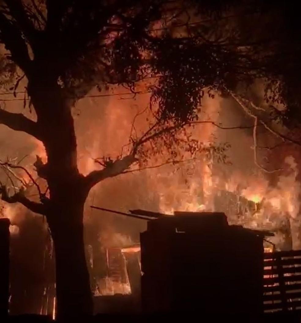 Incêndio aconteceu neste domingo (19) no Jardim Petrópolis, em Bauru — Foto: Arquivo pessoal