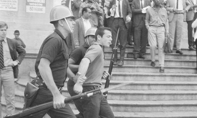 Estudante é preso pela polícia durante a chamada sexta-feira sangrenta, no Centro do Rio, em 21 de junho de 1968