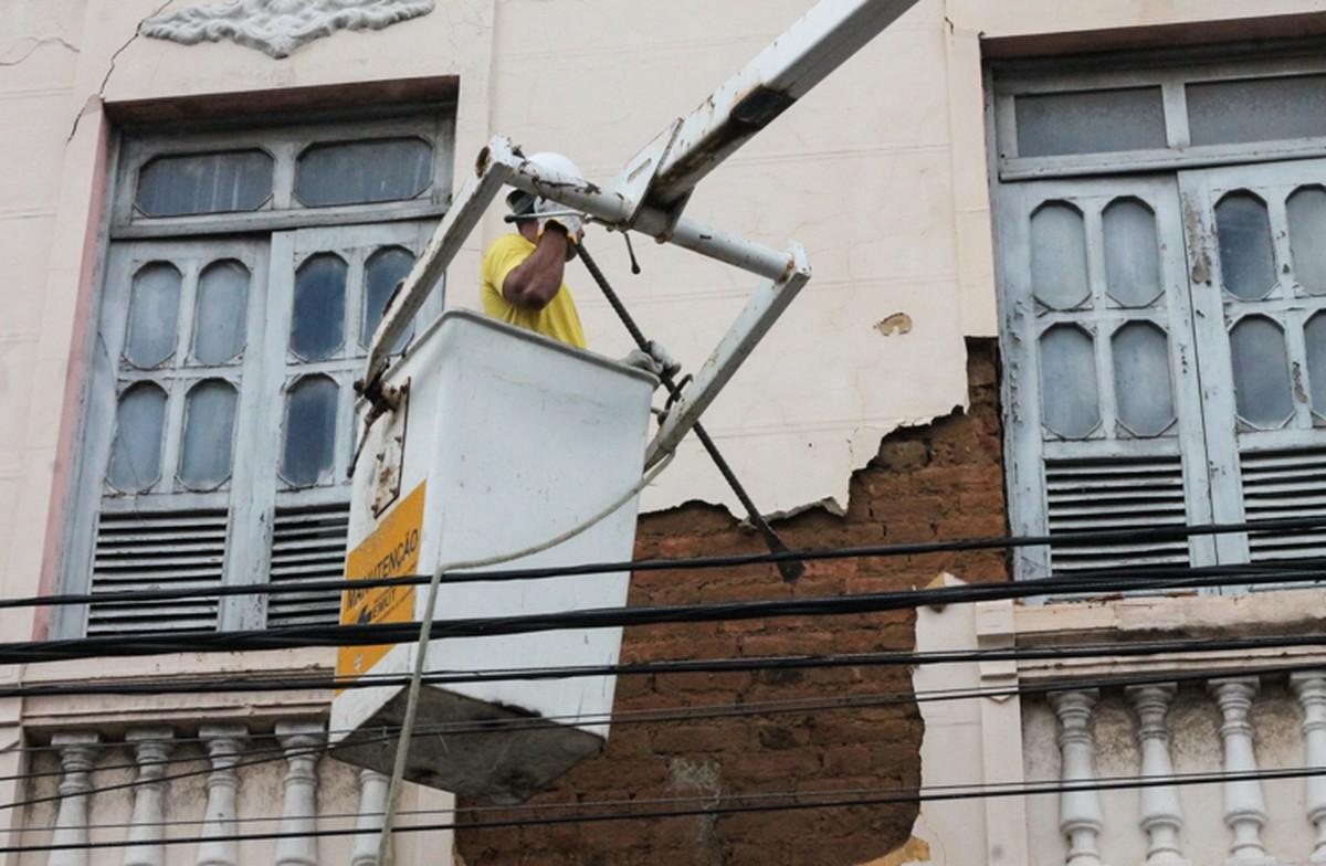 Defesa Civil remove parte da fachada de prédio que apresentava risco no Centro de Campos, no RJ