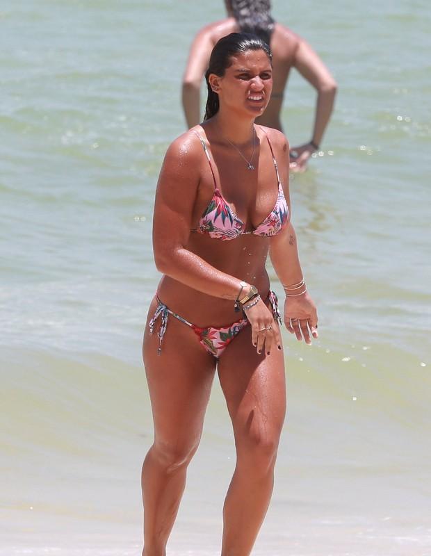 Giulia Costa na praia (Foto: Dilson Silva/Agnews)