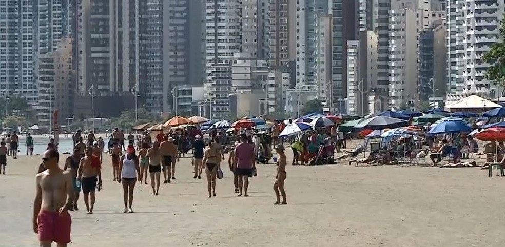 Balneário Camboriú, em SC, já está com as praias cheias de turistas. — Foto: Reprodução/NSC TV
