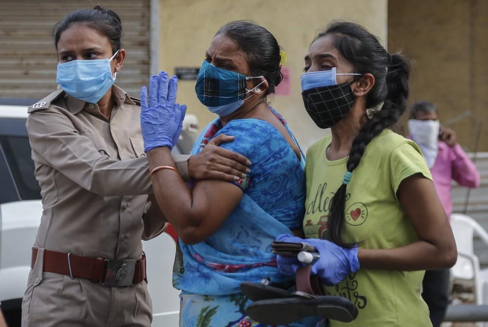 Parentes lamentam a morte de paciente de Covid-19 do lado de fora de hospital em Ahmedabad, na Índia, em 27 de abril de 2021 — Foto: Ajit Solanki/AP