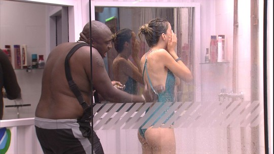 William ajuda Fernanda no banho e esfrega as costas dela