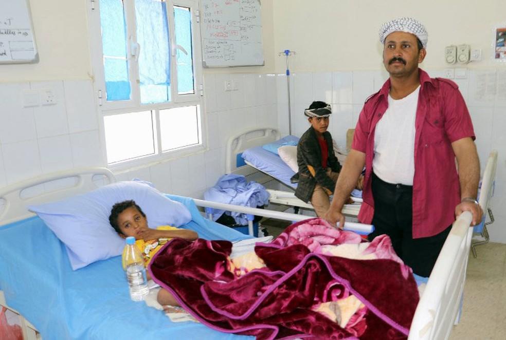 -  Criança ferida em ataque contra ônibus segue internada nesta sexta-feira  10 , em Saada, no Iêmen  Foto: AFP