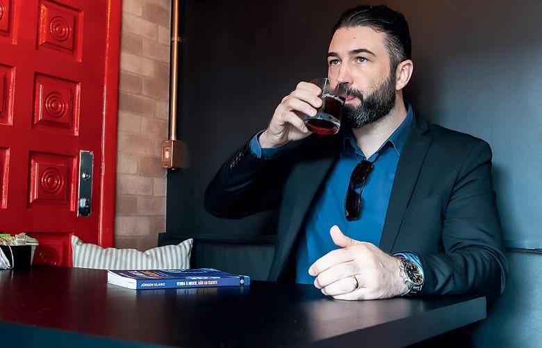 """Café destilado - O consultor Rafael Kirsten prova um dos cafés """"destilados"""" (Foto: Henry Milléo)"""