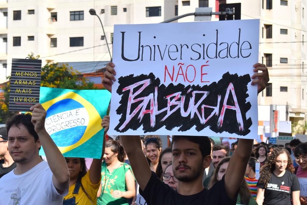 São Carlos - Manifestação reúne milhares de estudantes na cidade — Foto: Gabrielle Chagas/G1