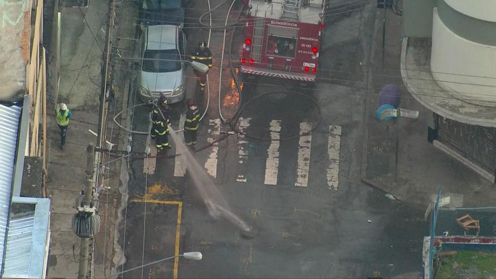 O incêndio foi controlado por doze equipes do Corpo de Bombeiros.  — Foto: Reprodução/TV Globo