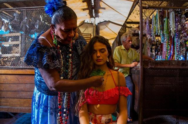 Isis Valverde grava 'A força do querer' com Dona Coló no Mercado Ver-o-Peso, em Belém (Foto: Estevam Avellar / TV Globo)
