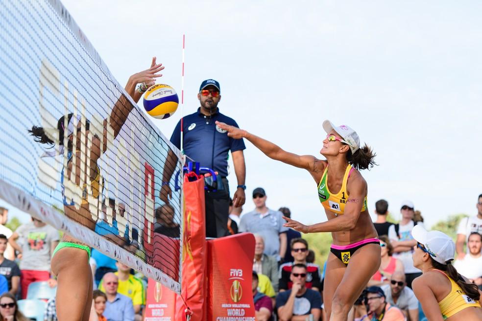 Elize Maia tenta passar pelo bloqueio de Fernanda Berti  (Foto: Getty Image)