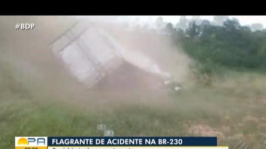 Vídeo flagra momento em que caminhão tomba para evitar colisão na Transamazônica