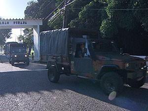 Comboio do Exército saiu de Salvador na manhã desta sexta-feira para auxliar no abastecimento de água na Bahia (Foto: Reprodução TV Bahia)