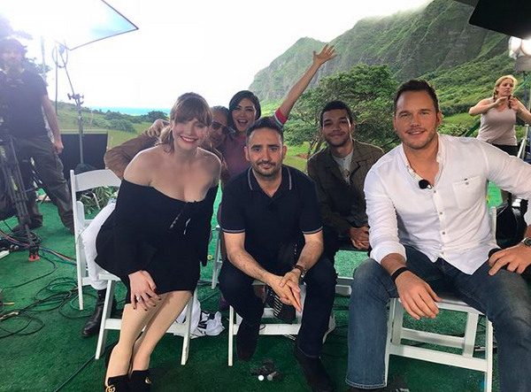 A atriz Daniella Penida com seus colegas de elenco do novo Jurassic World (Foto: Instagram)
