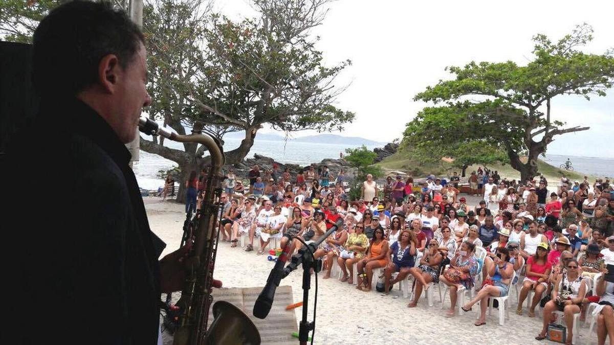 Concerto emociona moradores e turistas na Praia do Forte, em Cabo Frio, no RJ