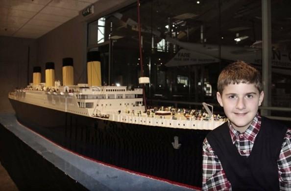 Garoto autista de 10 anos constrói réplica do Titanic com 56 mil peças (Foto: Reprodução/Titanic Pigeon Force)