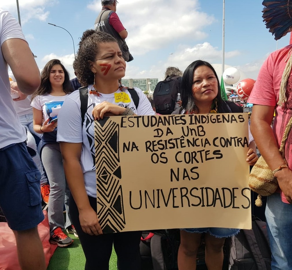 Brasília - estudantes indígenas fazem protestos na cidade contra bloqueios na educação — Foto: Afonso Ferreira/G1