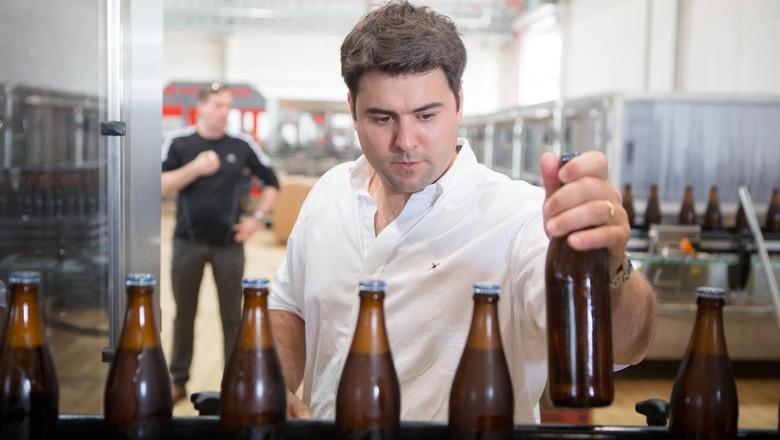 bebida-cerveja-cervejaria-artesanal-berggren-inspeçao (Foto: Divulgação)