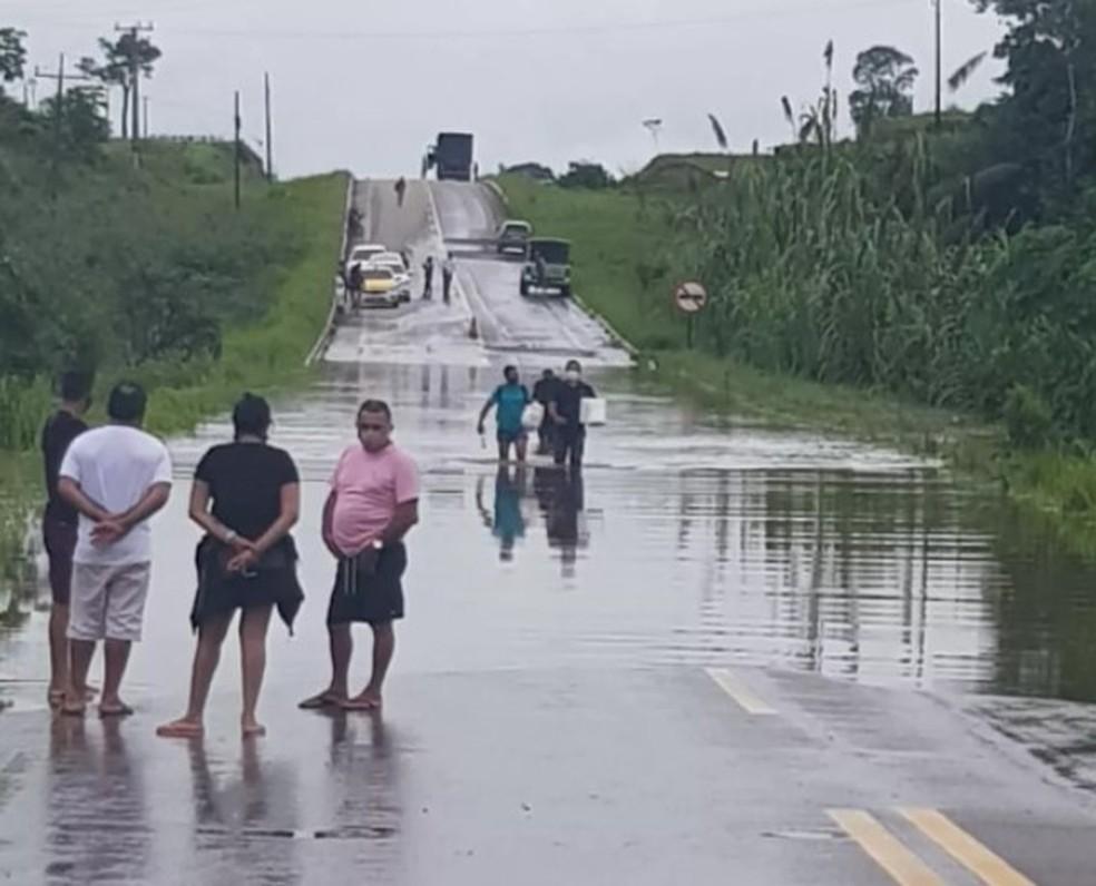 Águas do Igarapé Cajazeira invadiram a rodovia em fevereiro durante a enchente histórica do Rio Iaco,  em Sena Madureira — Foto: Arquivo/Dnit