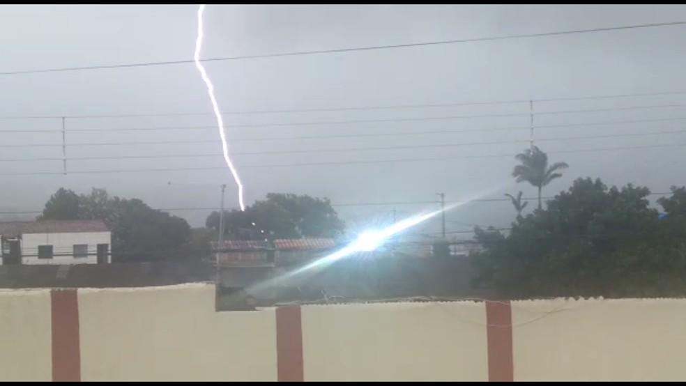 Morador registra momento em que raio cai em Garanhuns na quarta-feira (13) — Foto: WhatsApp TV Asa Branca/Reprodução