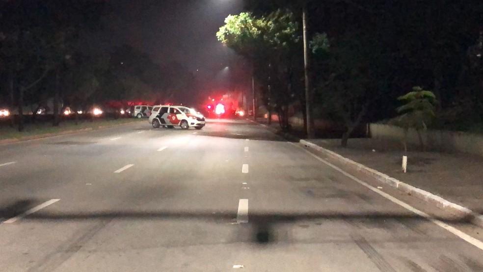 Protesto com queima de veículos causa tumulto na Avenida Fundo do Vale em São José; pista foi bloqueada no sentido zona sul — Foto: Bruna Capasciutti/ TV Vanguarda