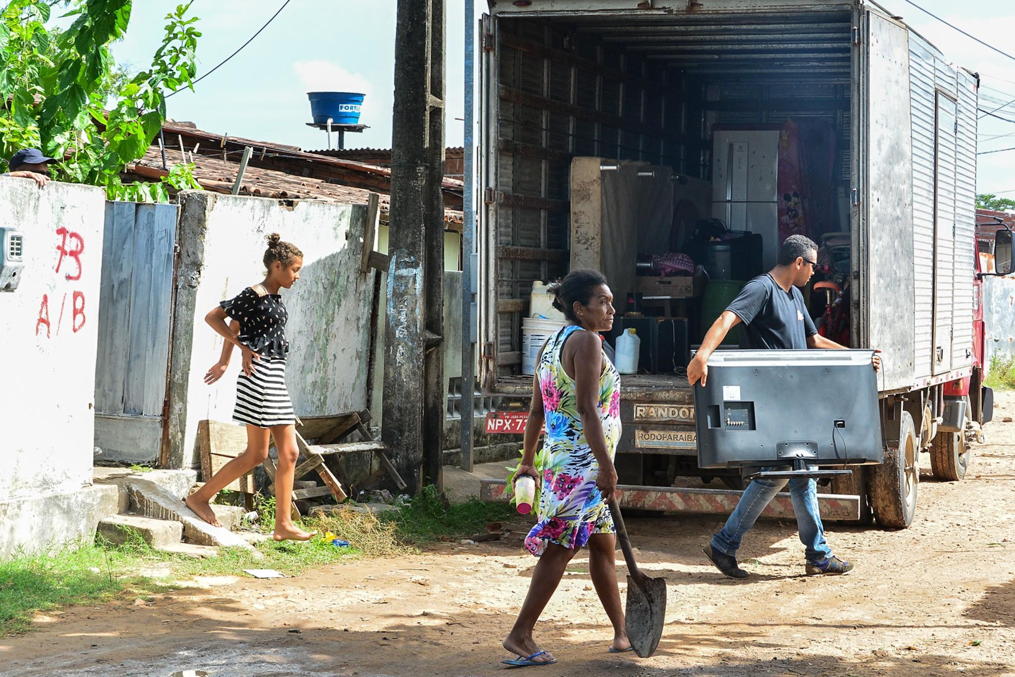 Moradores da comunidade do 'S', em João Pessoa, são transferidos para casas alugadas