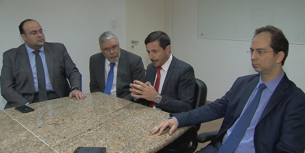 Advogados de defesa de agressor de Bolsonaro e médico psquiatra (à direita) em entrevista em Juiz de Fora. — Foto: Reprodução/TV Integração