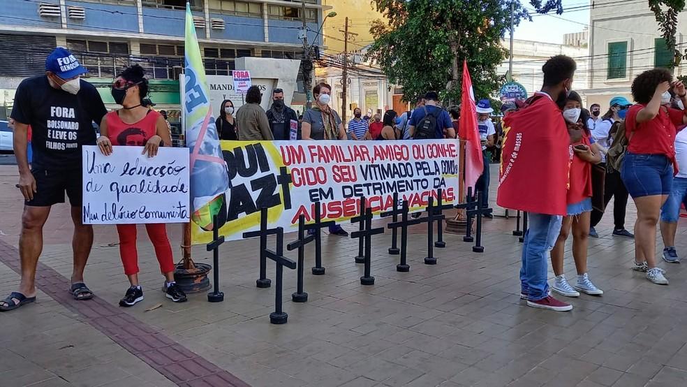 Manifestantes fazem protesto contra Bolsonaro em Cuiabá — Foto: Neusa Baptista