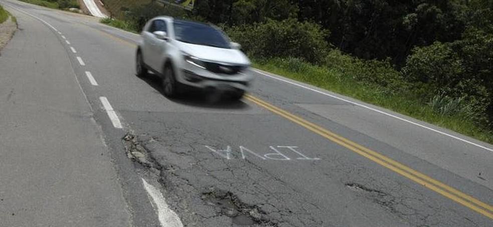 Siglas de impostos foram pintadas na pista de rolamento no Vale do Itajaí — Foto: Patrick Rodrigues/ NSC
