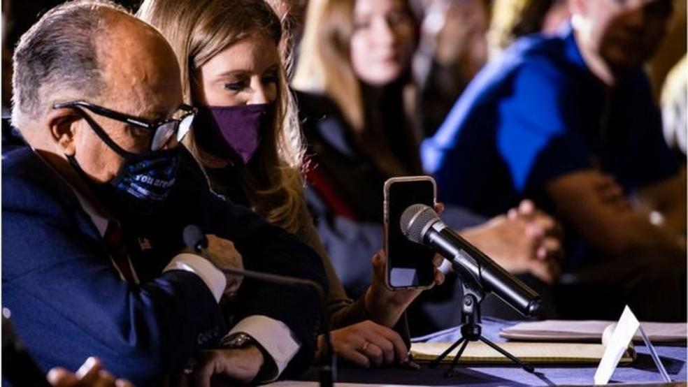 Rudolph Giuliani, em foto na Pensilvânia com a advogada Jenna Ellis, lidera os esforços do presidente para desafiar a eleição — Foto: Getty Images/BBC