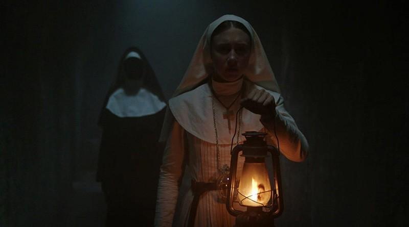 Taissa Farmiga é seguida pelo demônio Valak em cena de 'A Freira' (Foto: Divulgação)