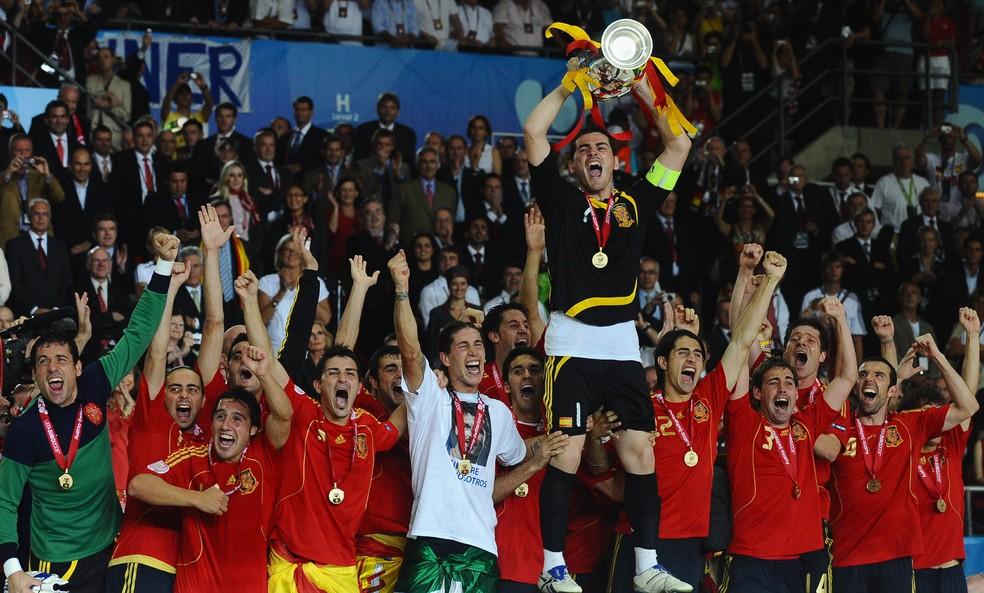 Casillas levanta o troféu da Euro de 2008 — Foto: Getty Images
