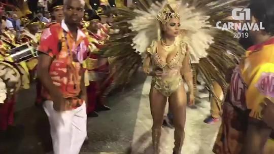 'Botei antiderrapante para não cair na Sapucaí', revela cantora Lexa, rainha de bateria da Unidos de Bangu