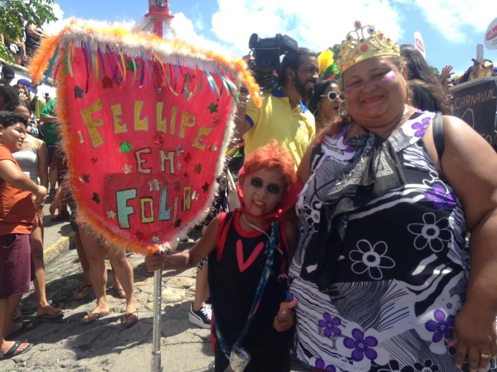 Olindense Isabel de Lima criou estandarte para o filho Fellipe, de 10 anos, brincar no carnaval — Foto: Luana Nova/G1